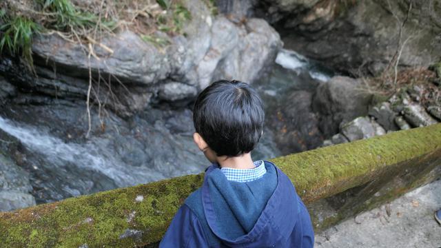 画像: 鍾乳洞まで散歩中。途中には小さな滝もあり、のんびり歩けます:母撮影
