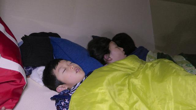 画像: 上段のベットで眠る子ども達:母撮影