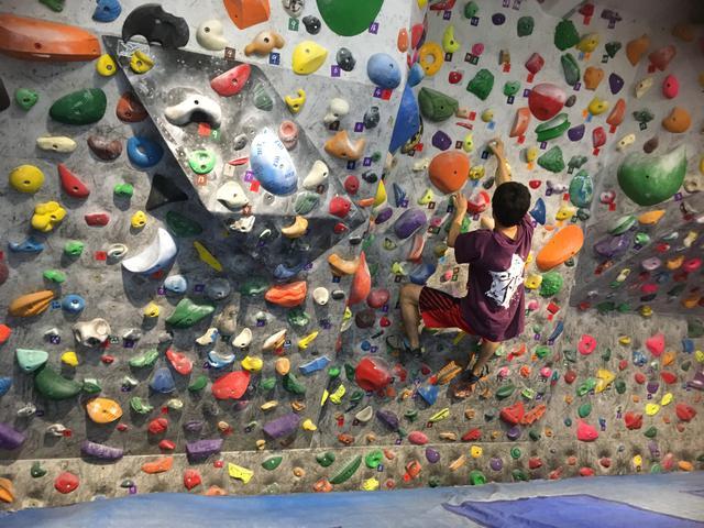画像: 筆者撮影 ドルオタの友人 この壁登るの見た目の100倍難しいです