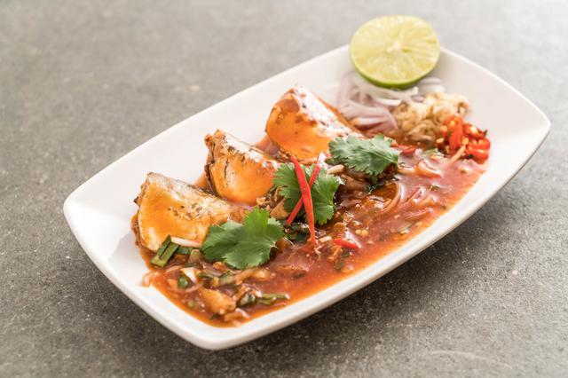 画像: ③「揚げる」鯖の水煮に粉をまぶすだけと超簡単!