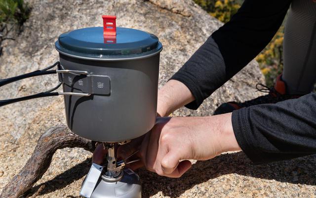 画像: 雪中キャンプでは寒さで火が起こせないというトラブルも! ガス缶用の保温カバーやマッチの用意を!