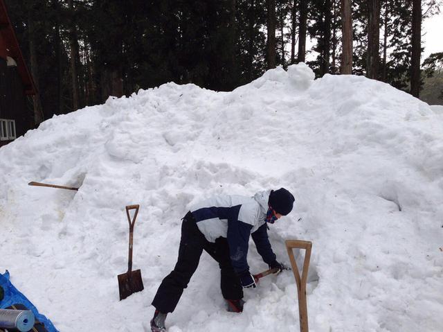 画像: 就寝中の積雪は数十cmになることも! 雪中キャンプではテントの出入り口スペースを十分に確保しよう