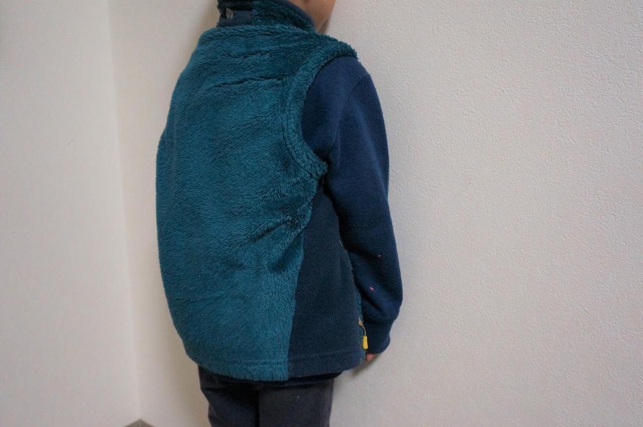 画像: 筆者撮影「身長100cmのモデルが110サイズを着用。腰回りもしっかりカバー」