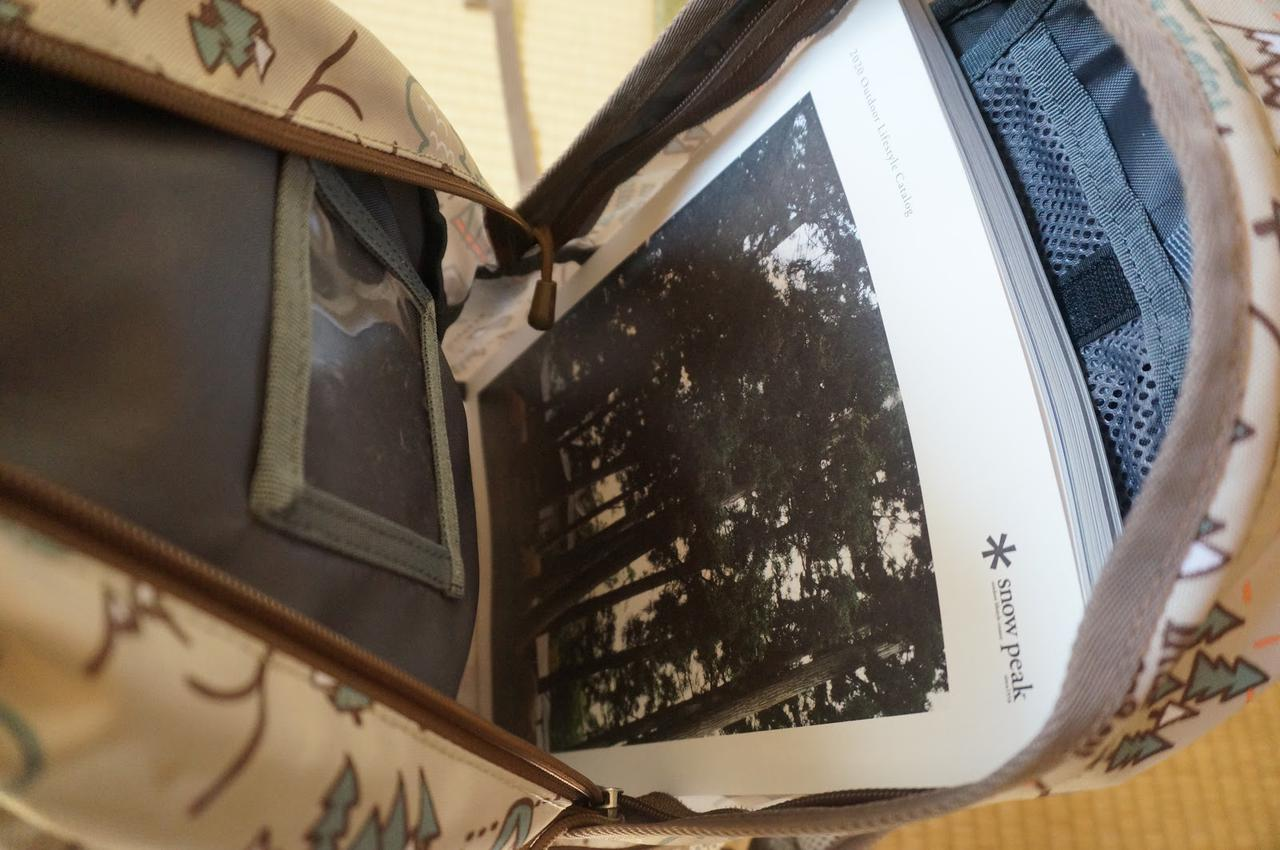 画像: 筆者撮影「A4サイズのカタログもすっぽり」