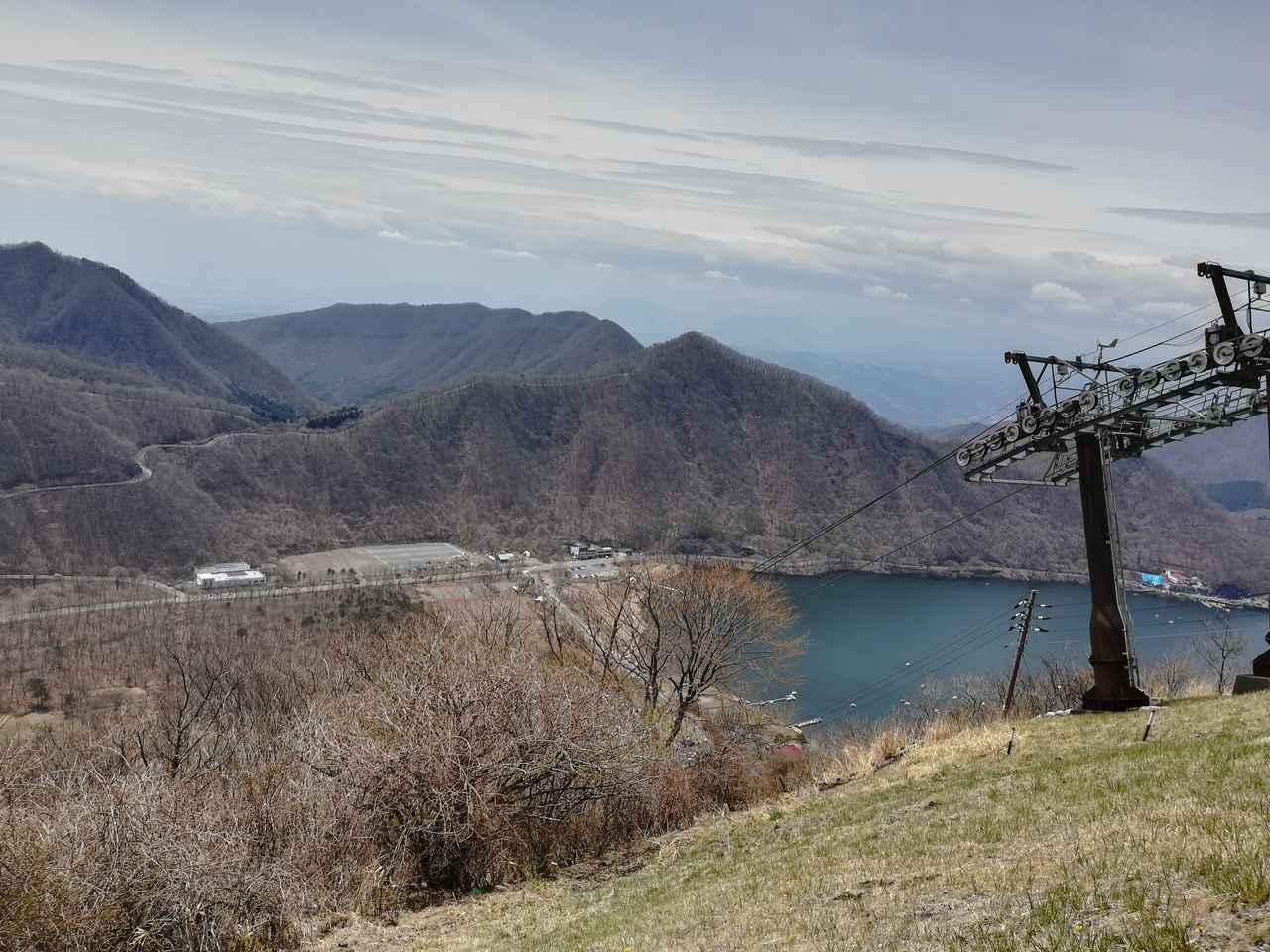 画像: 筆者撮影 榛名富士の陵線に沿ってロープウェイが動いている