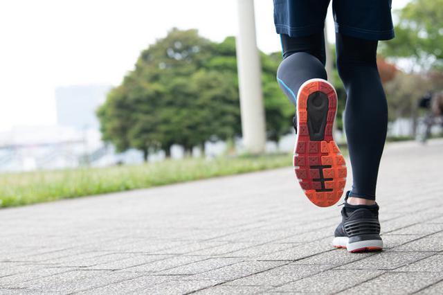 画像: 長距離や長時間走るなら、スニーカーではなくランニングシューズが必須です