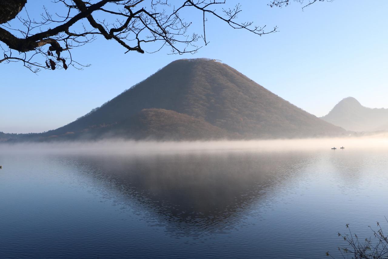 画像: snapmart.jp いくつか山々が連なっている榛名山の中で 中央火口丘のことを別名「榛名富士」と呼ぶ