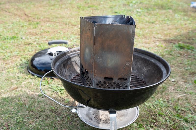 画像: 筆者撮影 キャンプ場についたら一番最初に炭をおこしておくと後が楽!