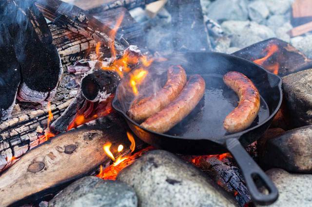 画像: 鋳鉄フライパン「スキレット」を使った簡単レシピ3選 キャンプ初心者にもおすすめ! - ハピキャン(HAPPY CAMPER)