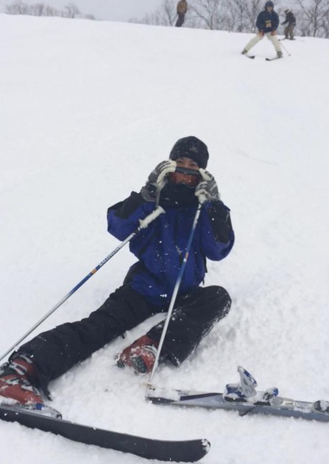 画像2: スキーでは転んだ状態から起き上がる練習もマスト! 1人でサッと起き上がれないと事故につながる恐れも