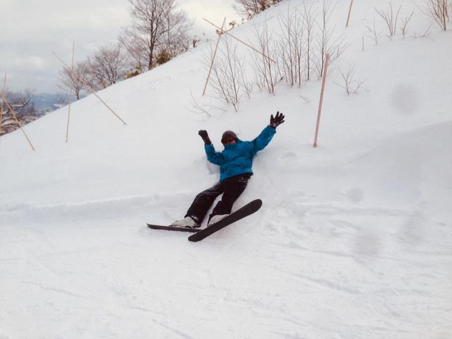 画像1: スキーでは転んだ状態から起き上がる練習もマスト! 1人でサッと起き上がれないと事故につながる恐れも