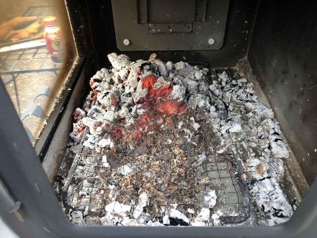 画像: 筆者撮影:薪ストーブ炉内に残った熾火