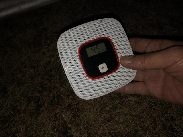 画像: 筆者撮影:車の排気ガスで検出数値が上がる一酸化炭素警報器