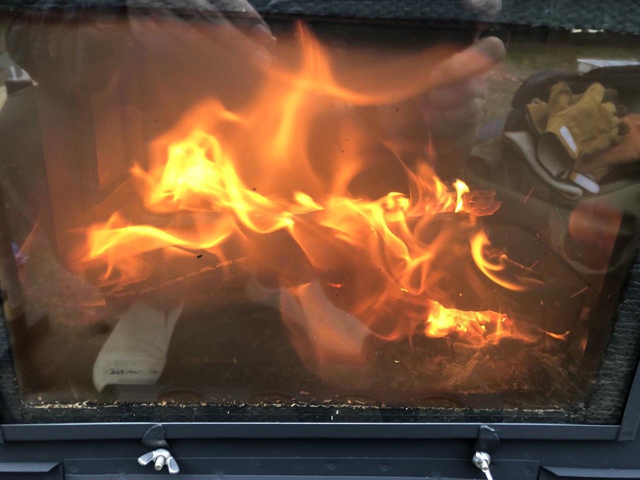 画像: 【薪ストーブに着火方法】本燃焼までの注意ポイントも解説 手順・着火剤などの使い方は焚き火と同じ