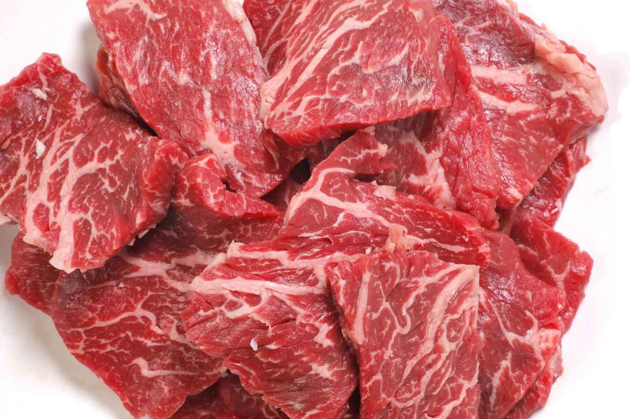 画像: 【BBQ肉料理のコツ③】塩をかける 焼く直前にかけるのがベストタイミング