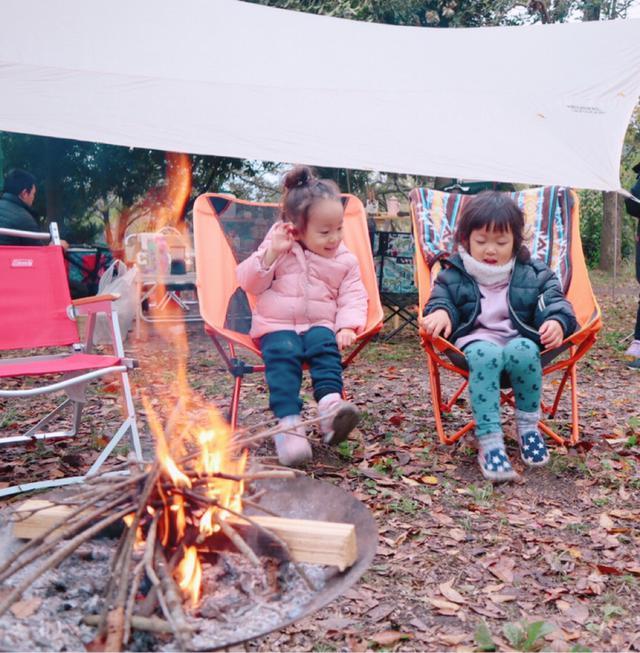 画像: 冬キャンプの焚き火中の寒さ対策 靴下・ブーツで足の冷えを防ぐ チェアにブランケットを敷くのもあり