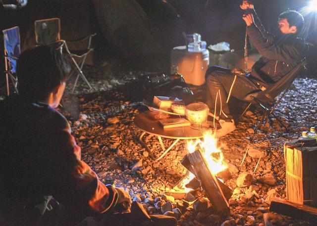 画像: 防寒対策をすれば焚き火中も快適に! ブランケットやラップスカートを活用して冬キャンプを過ごそう