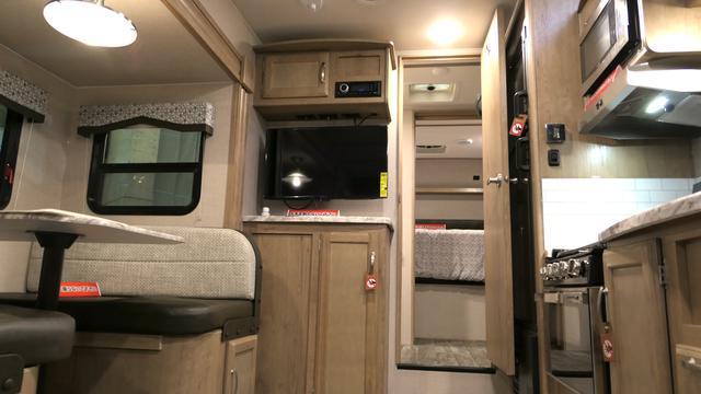 画像: 米国WINNEBAGO社「マイクロミニー フィフスホイール」の車内(筆者撮影)
