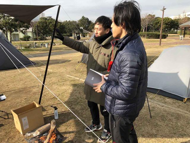 画像: 筆者撮影:商談中のムラコ村上CEOと、愛媛のアウトドアショップAbenteuerの吉田氏