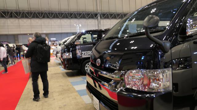 画像: 車内デザインも多種多様。各社、バンがずらりと並ぶ。(筆者撮影)