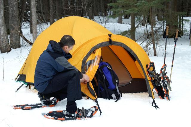 画像: 雪中キャンプでのテントの立て方 雪を平に固める&スノーペグでしっかりテントを固定するのが大事!