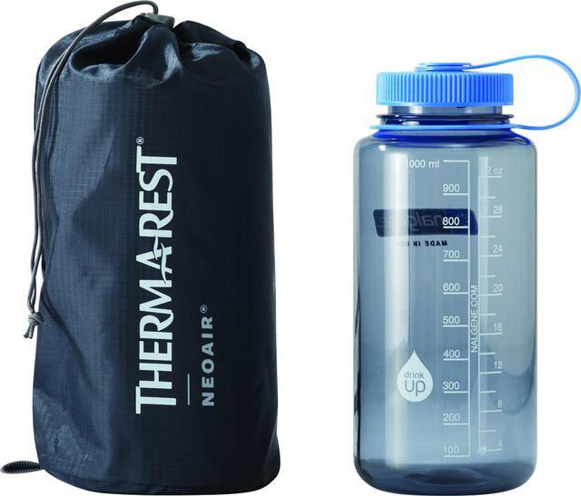 画像: 畳んだときの写真。※隣のボトルは比較用です。 出典:株式会社モチヅキ www.e-mot.co.jp