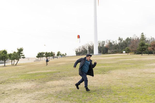 画像: Photographer 吉田 達史 番組「おぎやはぎのハピキャン」より 全速力で走る井戸田さん