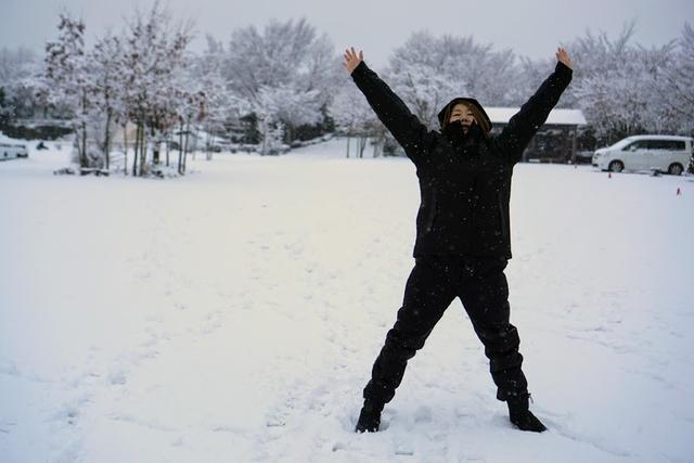 画像: 著者撮影「寒くない!」のポーズ