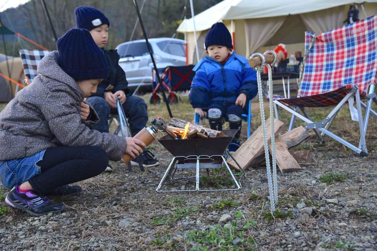 画像: 昼間は半袖でも、寒さを感じたらすぐに上着と帽子。春先キャンプは油断大敵です。