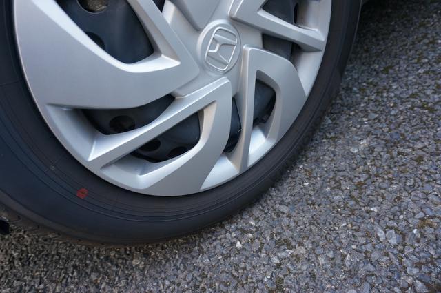 画像: 筆者撮影「タイヤと路面の接地面積は、わずかハガキ一枚分」