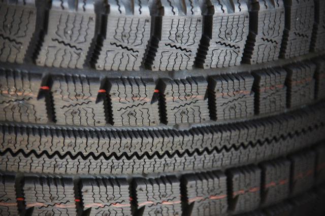 画像: 「冬タイヤの細かい溝がスリップを防ぐ」