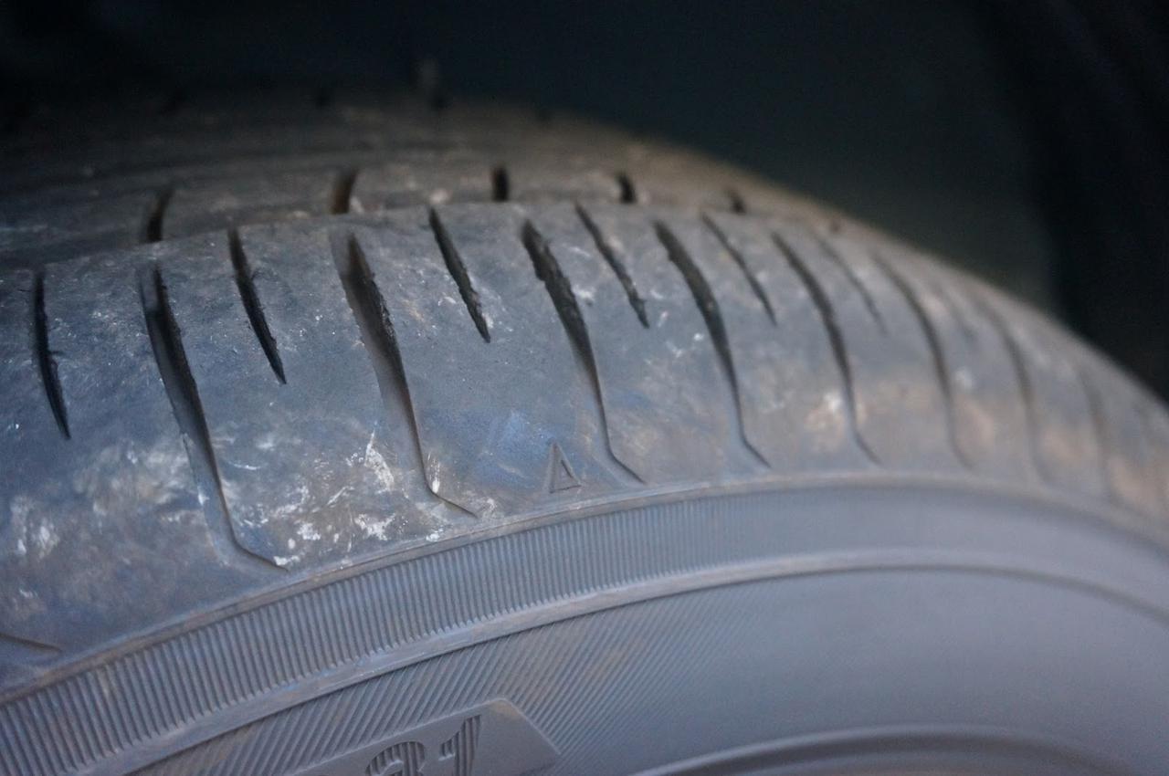 画像: 筆者撮影「タイヤ側面の『△』マークがスリップサイン表示マーク」