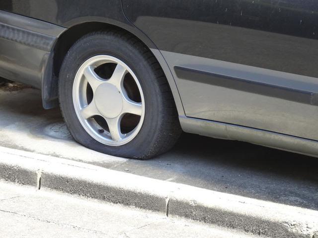 画像: 「タイヤのひび割れや傷は放置厳禁!」