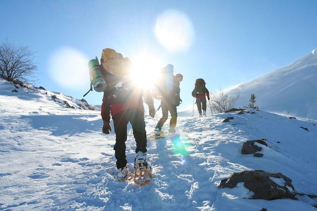 画像: ワカンやスノーシューを装着して雪中・登山キャンプのベースを作る方法 テント設営前に踏み固めよう