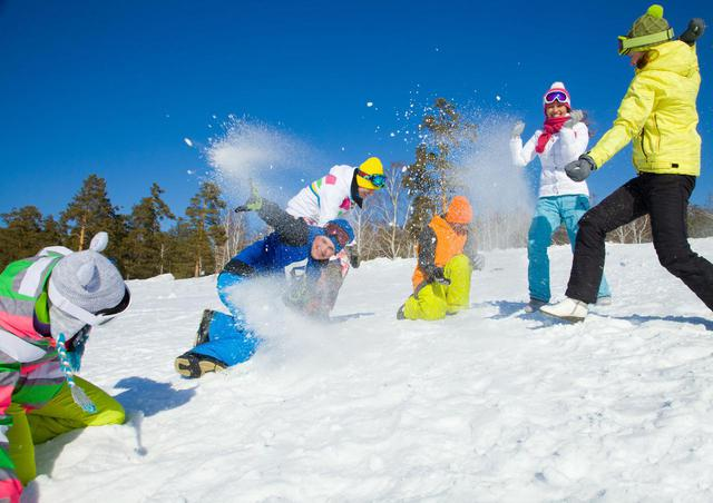 画像: 知ってる? 冬キャンプのアクティビティの定番・雪合戦の遊び方や公式ルールを解説 - ハピキャン(HAPPY CAMPER)