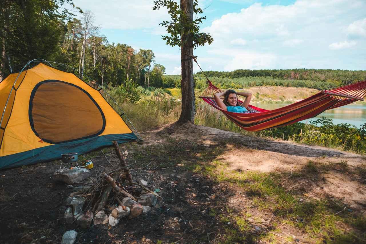 画像: ソロキャンプの夜の過ごし方を提案! 焚き火やハンモックでゆったりリラックスするのはいかが?