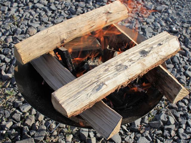 画像: 筆者提供:用途に応じた薪の組み方をマスターして効率的な焚き火を!