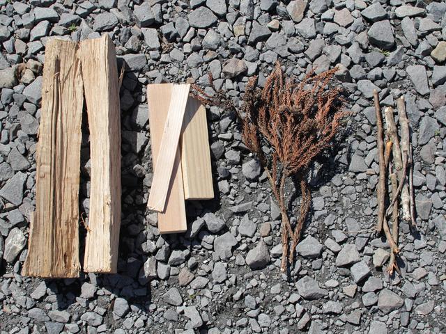 画像: 筆者提供:焚き付け用の小枝や長時間の燃焼ができる広葉樹の薪など使い分けます