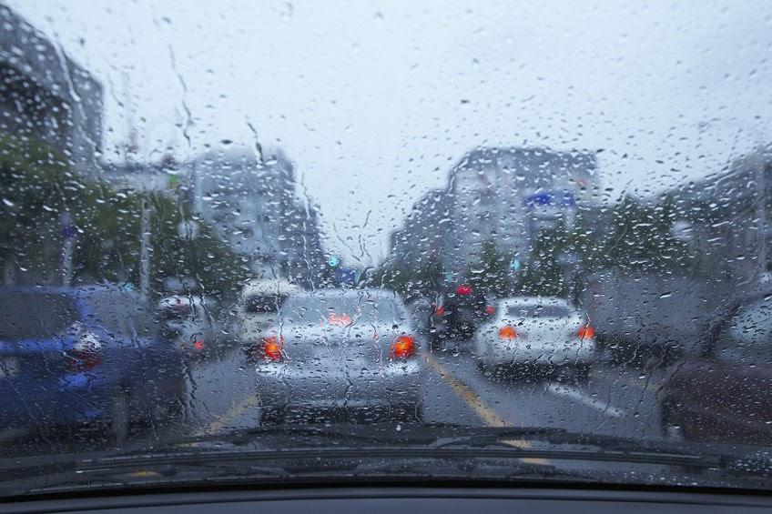 画像: 【タイヤメーカー元社員直伝】雨天時の車の運転に注意!ハイドロプレーニング現象とは - ハピキャン(HAPPY CAMPER)
