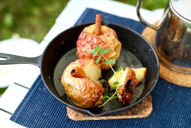 画像1: 【簡単キャンプレシピ】冬のアウトドアで嬉しい 極上デザート「焼きりんご」を作ろう