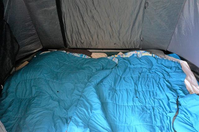 画像: 筆者撮影「分割して掛け布団のように使っている状態。幅広設計で、家族でゆったり寝られる」