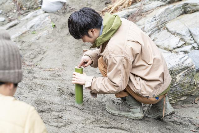 画像: Photographer 吉田 達史 DJ松永さんも砂を一生懸命詰めます