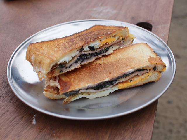 画像: 筆者提供:できたてのホットサンドは朝食にぴったり