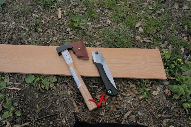 画像: 筆者撮影「斧と折り畳みノコギリを調達」