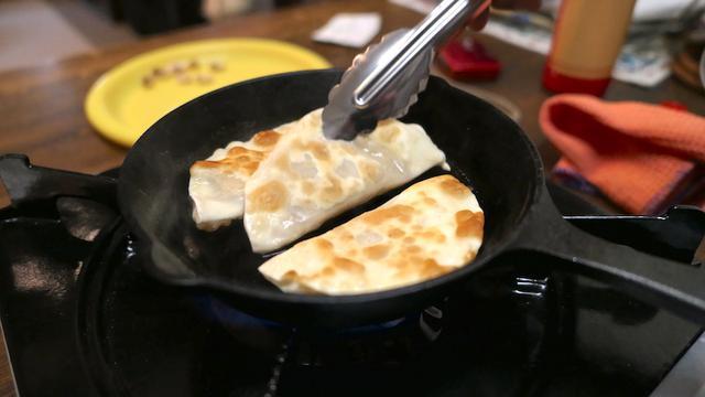 画像: 6、フライパンにバターを溶かし、両面を焼いて完成!! (皮に火が通ればOKです。)