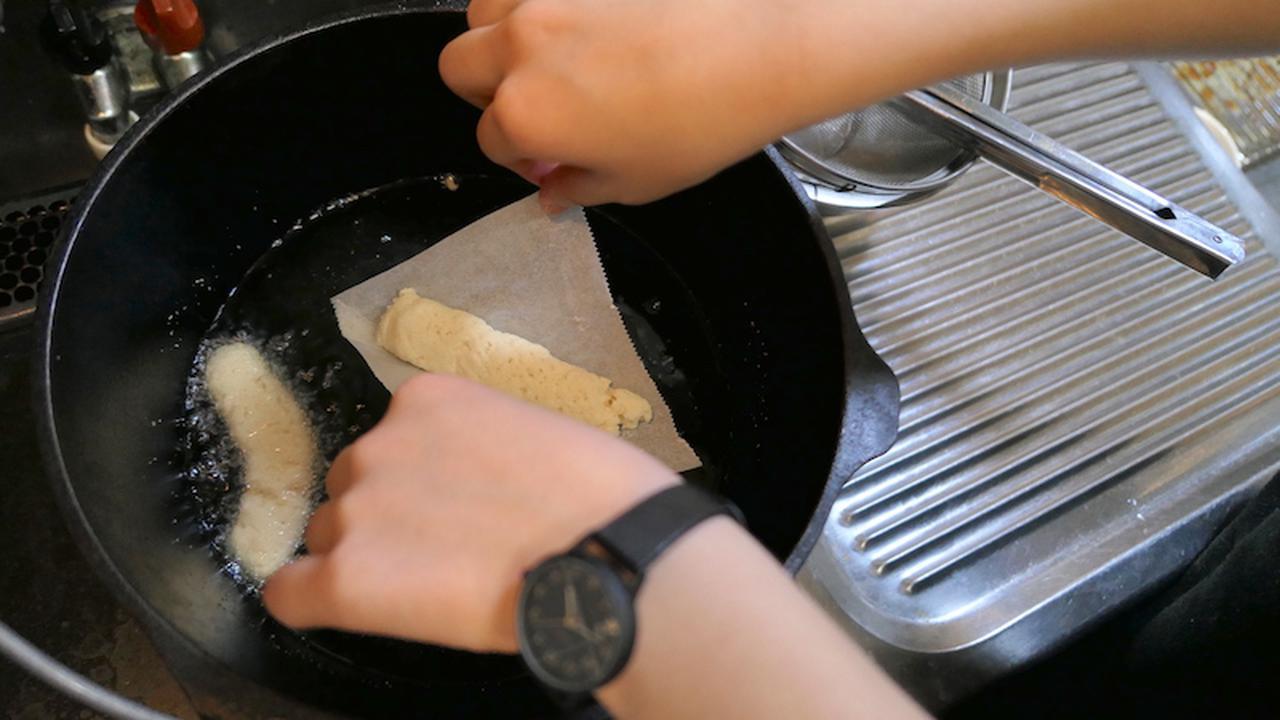 画像: 4、油を熱し、クッキングシートごと揚げて完成!! シートは、途中で自然と外れてきます。