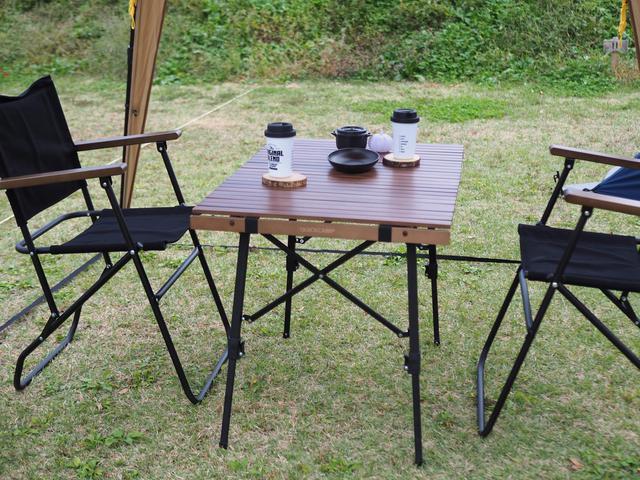 画像: クイックキャンプ/ローバーチェア・ウッドフォールディングテーブル(画像:筆者撮影)
