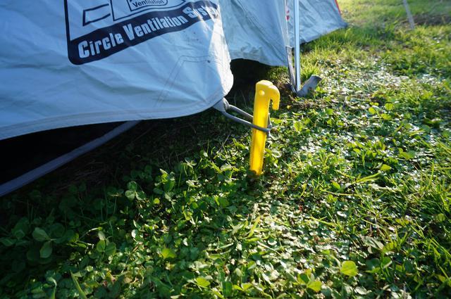 画像: 筆者撮影「芝生サイトはペグ打ちもラクラク」