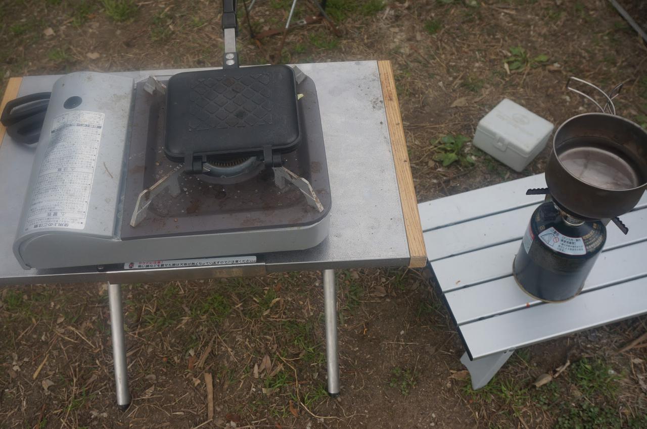 画像: 筆者撮影「カセットコンロで調理し、バーナーでお湯を沸かします」