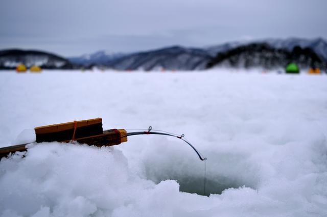 画像: 釣れたワカサギは無料で天ぷらに 湖の氷が美しい群馬県赤城大沼でワカサギ釣りを楽しもう